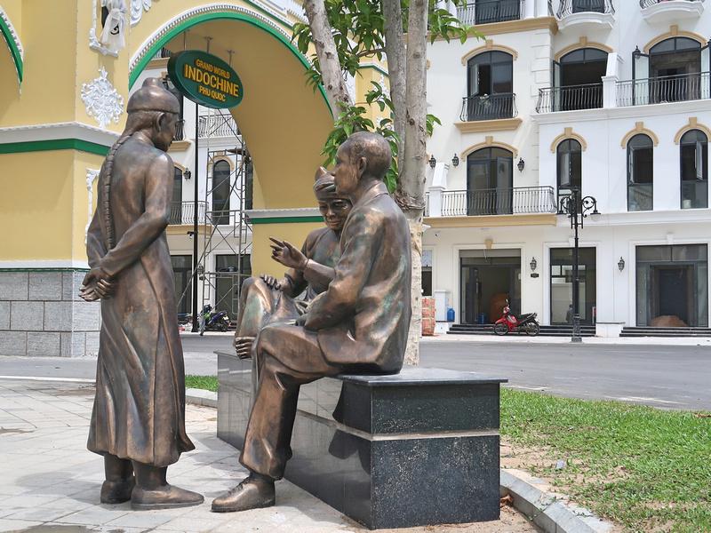 Indochine merchants statue