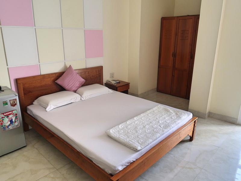 Happy Hotel bed