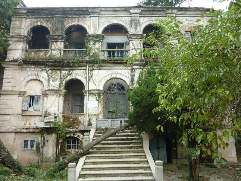 Crumbling mansion on Gulangyu