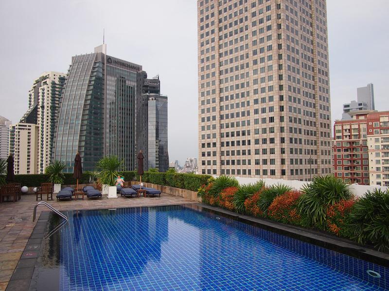 Swimming pool at Park Plaza Sukhumvit Bangkok