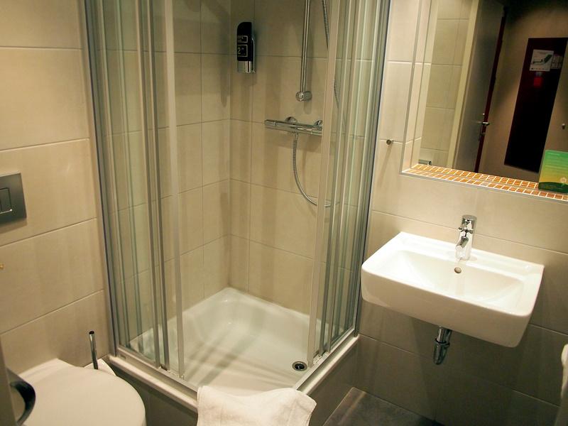 Bathroom - MEININGER Hotel Salzburg City Center