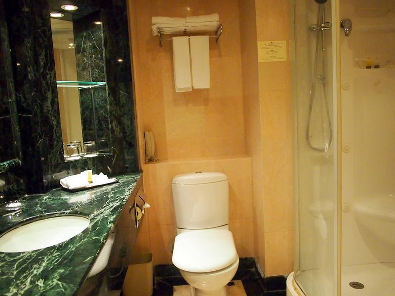 Ramada Hong Kong Hotel - Bathroom