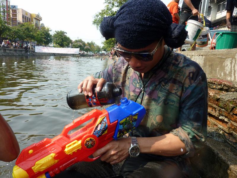 Songkran Chiang Mai - refilling water gun