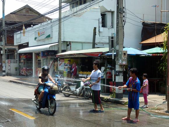 Songkran Chiang Mai - roadside hosing