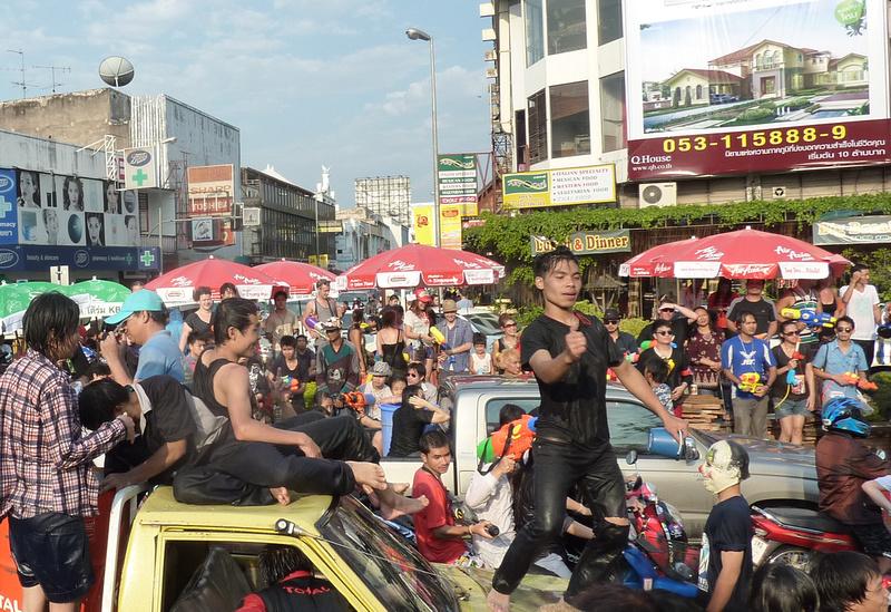 Songkran Chiang Mai - car dancing