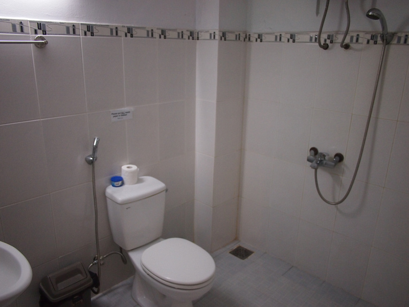 Nha Trang Inn bathroom