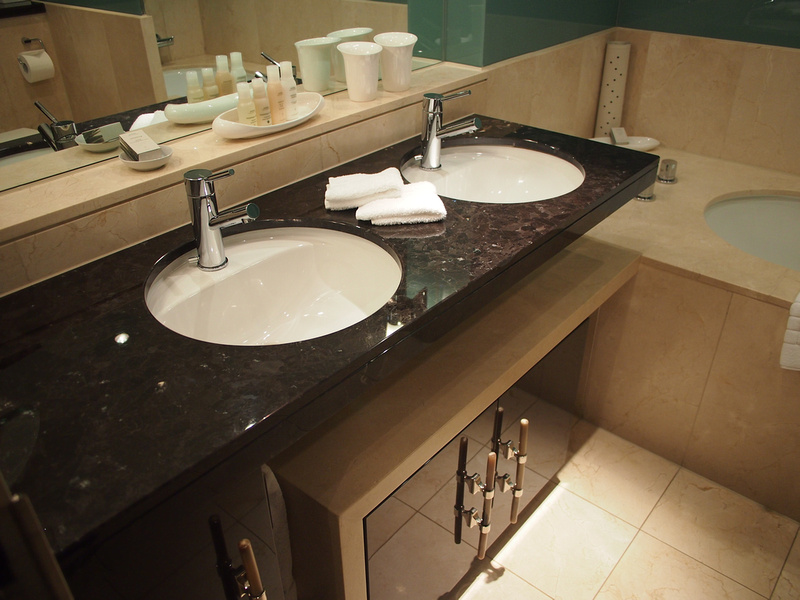 Apartment review cheval phoenix house london for Bathroom 4 less review